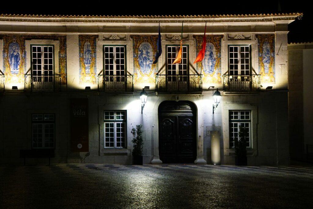 Rathaus von Cascais bei Nacht